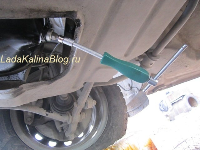 Замена масла в двигателе Лада Калина своими руками на видео