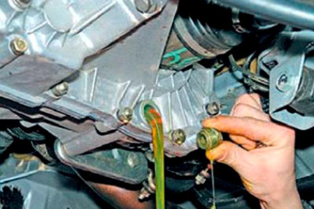 Сколько литров масла нужно заливать в коробку передач ВАЗ-2107