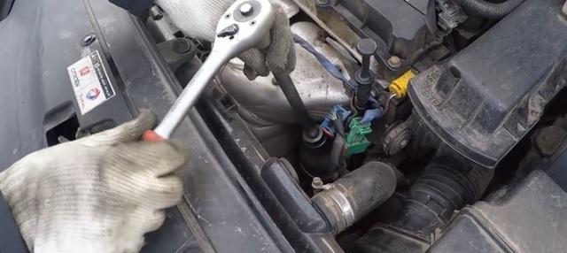 Сколько литров масла нужно заливать в двигатель Пежо 206